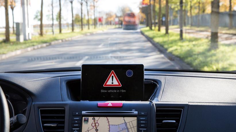 Im Auto warnt das Display vor Gefahren in einiger Entfernung.