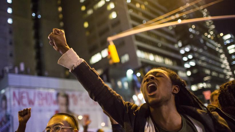 Tod Eric Garners: Ein Demonstrant in New York protestiert gegen die Jury-Entscheidung.