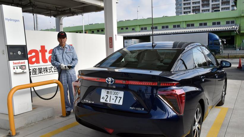 Ein Toyota Mirai mit Brennstoffzelle wird an einer Wasserstoff-Zapfsäule in Tokio betankt.