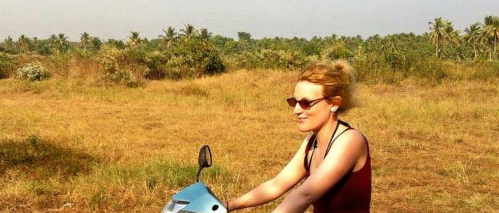 ZEIT-ONLINE-Redakteurin Tina Groll bei ihrem Roller-Training in Indien.