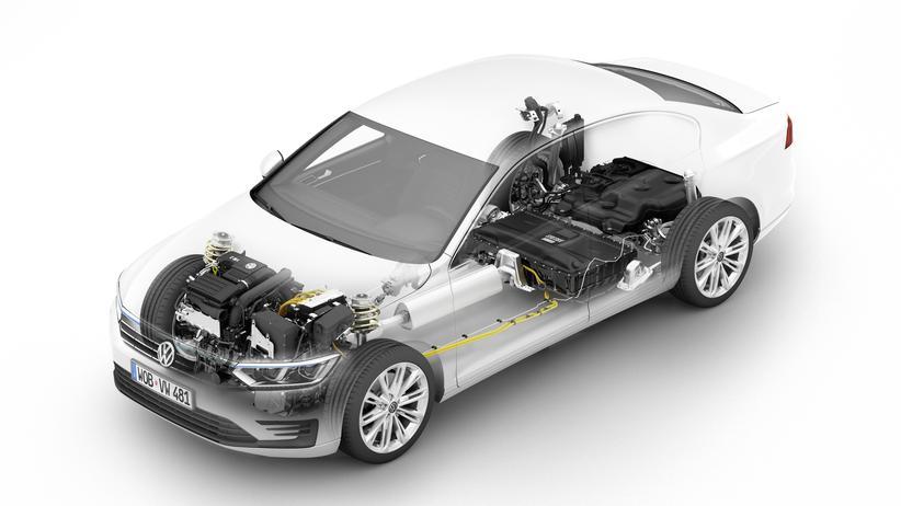Blick in den Plug-In-Hybriden VW Passat GTE mit Benzin- und Elektromotor, Batterie und Tank