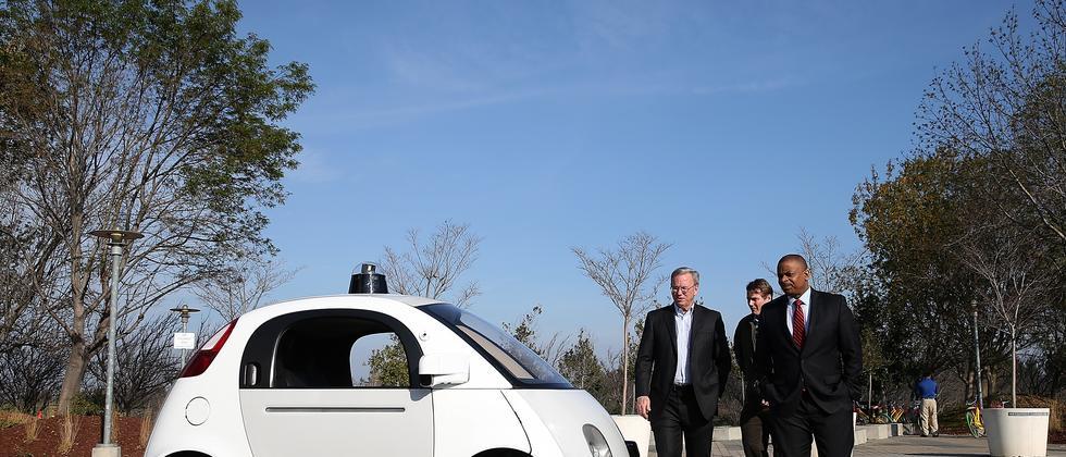 Google-Chef Eric Schmidt mit dem Prototyp des selbstfahrenden Autos von Google