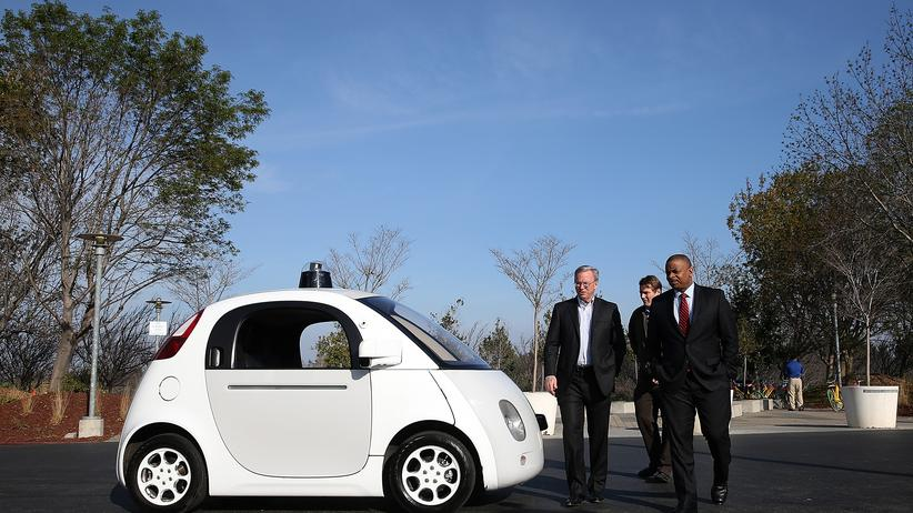 Google-Auto: Google-Chef Eric Schmidt mit dem Prototyp des selbstfahrenden Autos von Google