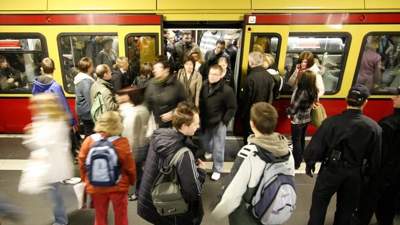 Öffentliche Verkehrsmittel: Mobilitaet, Öffentliche Verkehrsmittel, Bus, Deutsche Bahn, Statistisches Bundesamt, Fernverkehr, Nahverkehr, Rekord, Verkehr, Arbeit, Unternehmen, Wiesbaden