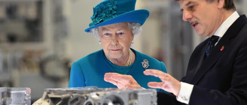 Queen Elizabeth II und Jaguar Land Rover-Chef Speth