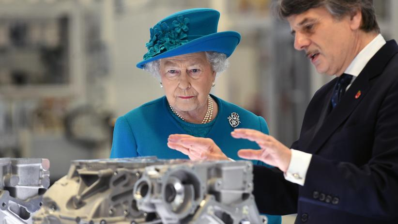 Queen Elizabeth II und Jaguar Land Rover-Chef Speth