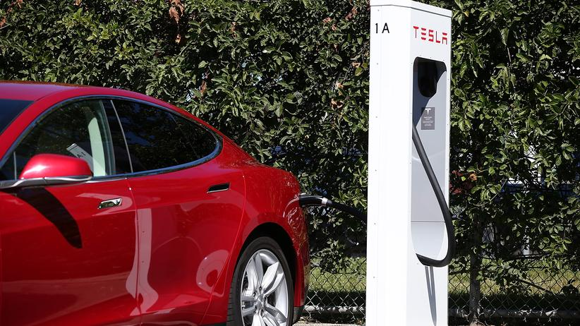 Ein Tesla Model S an einer Supercharger-Ladestation des Autoherstellers