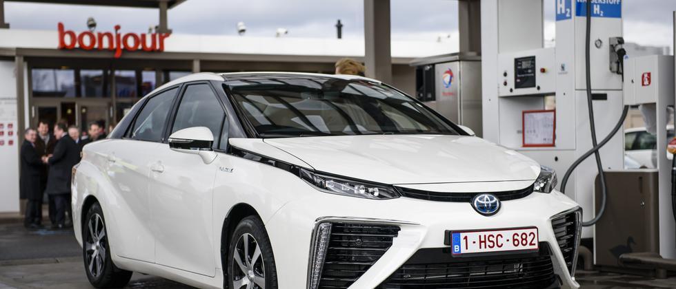 Ein Toyota Mirai mit Brennstoffzelle an einer Wasserstoff-Zapfsäule in Berlin