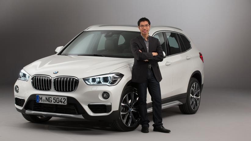 Calvin Luk neben dem von ihm designten neuen BMW-SUV X1