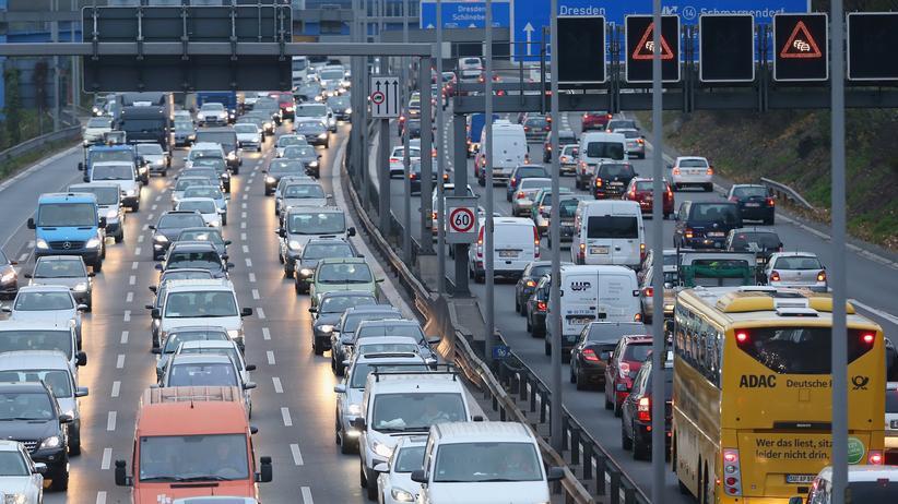 Alexander Dobrindt: Hier auf der Autobahn sollte sie greifen: die Maut für ausländische Pkws.