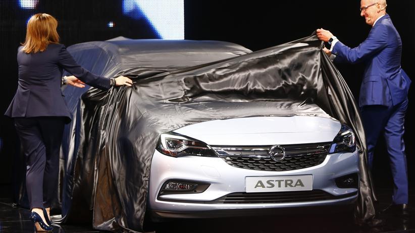 GM-Chefin Mary Barra und Opel-Chef Karl-Thomas Neumann enthüllen den neuen Opel Astra auf der IAA 2015.