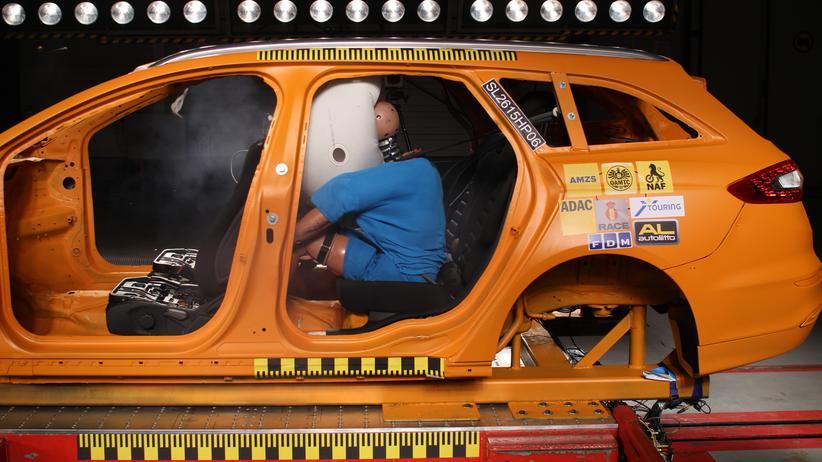 Verkehrssicherheit: Der ADAC hat in einem Crashtest Airbags für Fondpassagiere getestet.