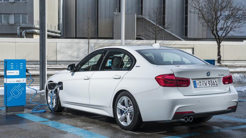 Elektromobilität: Der BMW 330e fährt zum Teil elektrisch.