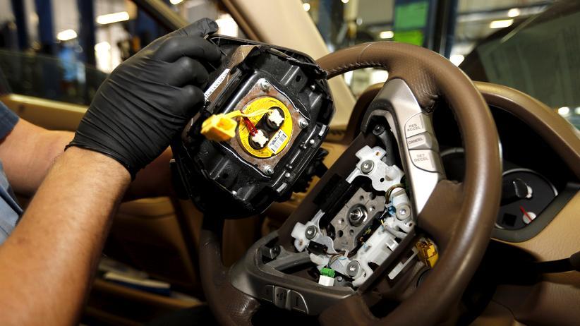 Daimler: Ein Techniker entfernt einen Takata-Airbag aus einem zurückgerufenen Honda-Wagen in Miami.