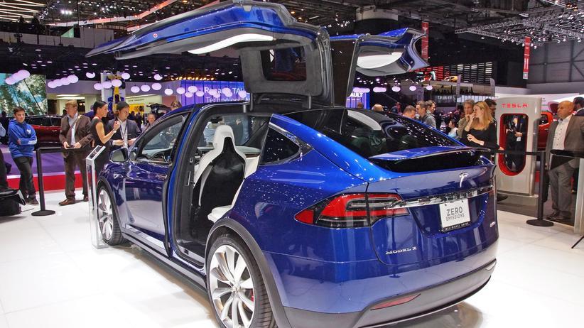 Tesla Model X: Tesla Model X mit Flügeltüren auf dem Genfer Autosalon