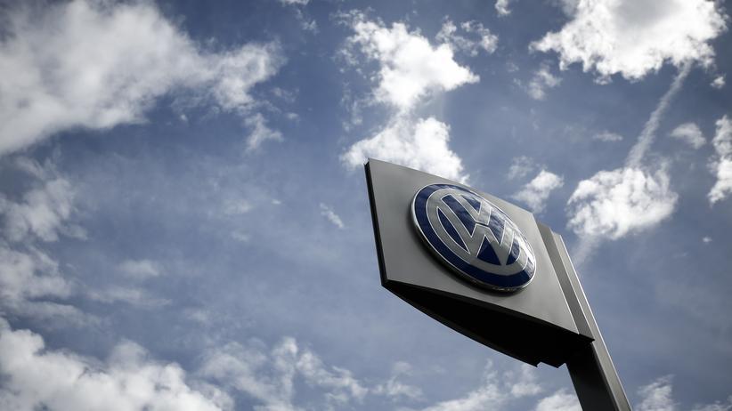 VW-Abgasskandal: Ein Werbeschild mit dem Markenlogo bei einem VW-Händler