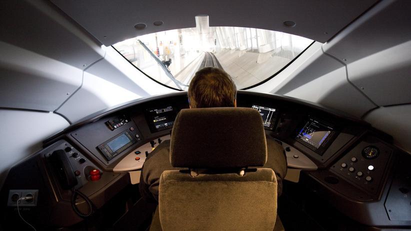 Deutsche Bahn: Könnte in wenigen Jahren obsolet sein: Ein Lokführer in einem ICE-Zug
