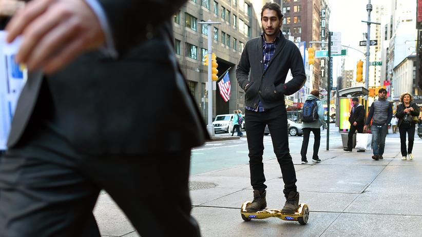 Kleinstfahrzeuge: Ein Hoverboard-Nutzer in New York