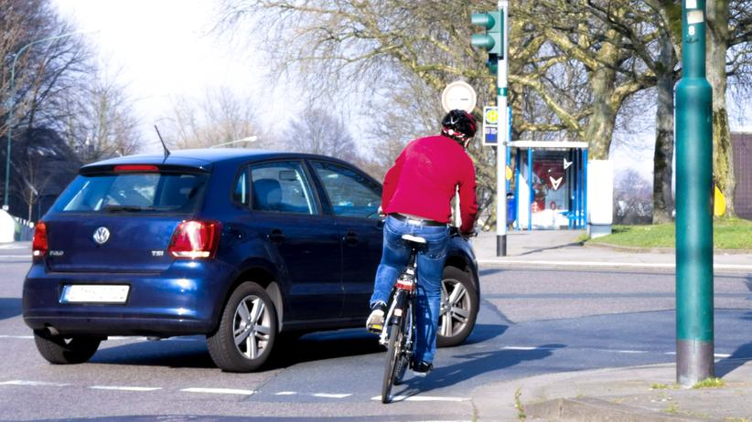 Radfahren: Viele Fahrradunfälle passieren in solchen Abbiege-Situationen.