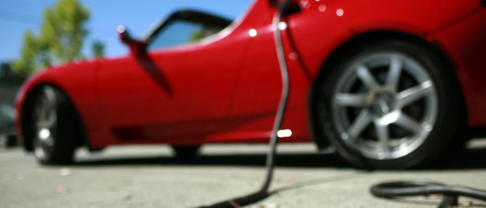 Tesla Roadster an der Steckdose