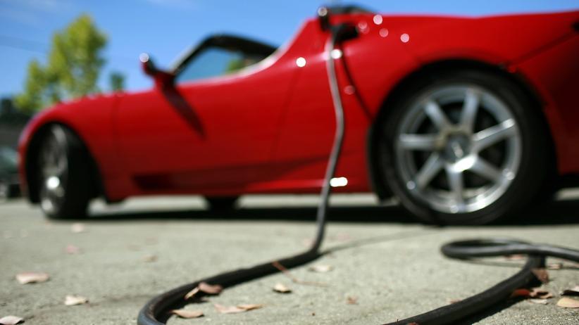 Elektroautos: Tesla Roadster an der Steckdose