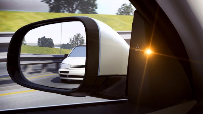 Assistenzsysteme: Ein LED warnt in einem Volvo den Fahrer vor Fahrzeugen im Toten Winkel.