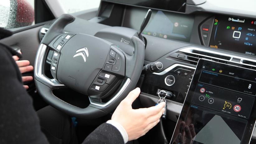 Selbstfahrende Autos: Viele Autohersteller arbeiten am selbstfahrenden Auto, doch es gibt noch einige Hürden. © PSA ()