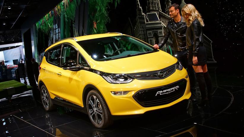 Elektroautos: Auf dem Opel-Stand in Paris steht mit dem Ampera-e schon ein serienreifer Stromer.