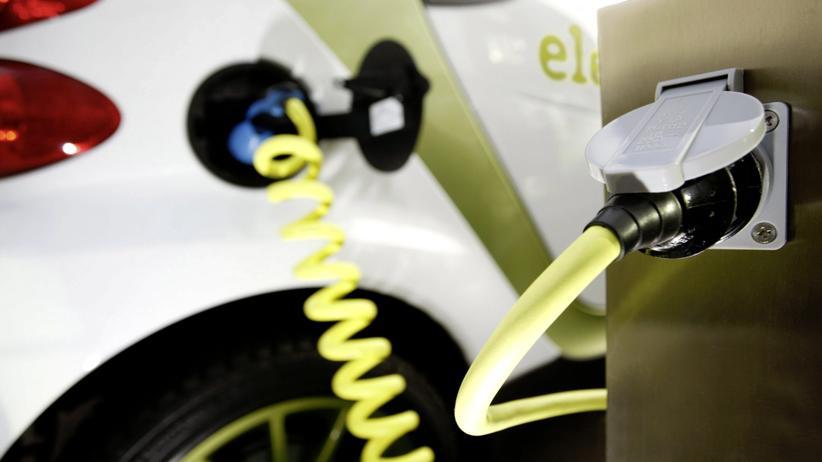 Elektromobilität: Ein Elektro-Smart an einer Steckdose