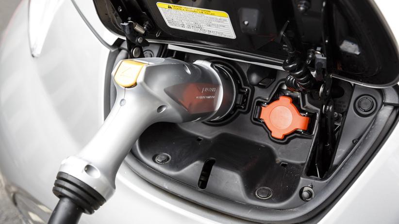 Elektromobilität: Ein Nissan Leaf wird aufgeladen.