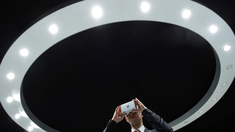 Audi: Ein Mann blickt bei der Hannover Messe im April 2016 durch eine VR-Brille am Stand von Volkswagen.