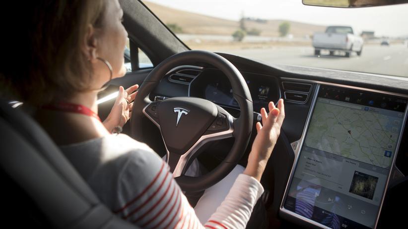Autonomes Fahren: Im Tesla Model S kann man den Computer lenken lassen – muss aber stets bereit sein, auch wieder selbst zu steuern.