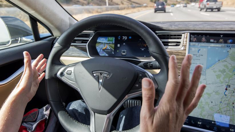 Autonomes Fahren: Wann der Nutzer eines selbstfahrenden Autos den Blick von der Straße abwenden darf, regelt ein neues Gesetz.