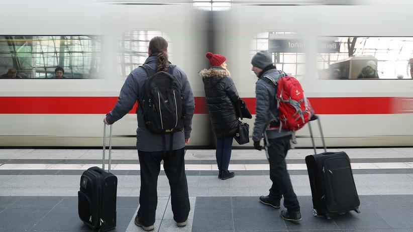 Tarifgespräche: Passagiere am Berliner Hauptbahnhof