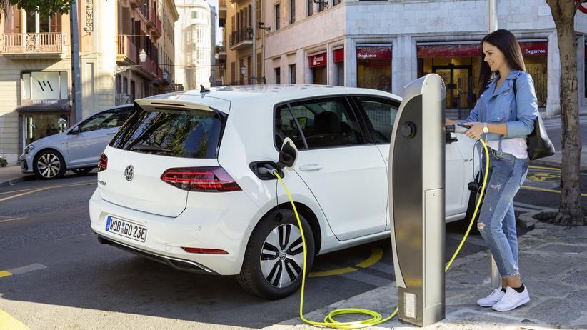 VW e-Golf: An einer öffentliche Schnellladesäule ist die Batterie des VW e-Golf in weniger als einer Stunde wieder voll.