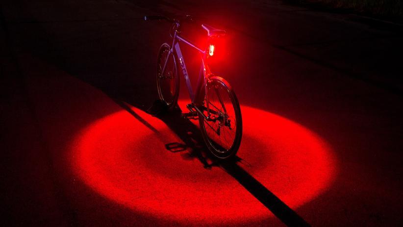 Fahrradrücklicht: Wenn es dunkel ist, sorgt das Vizy Light von Tern für ein rotes Rund-um-Licht auf dem Boden.