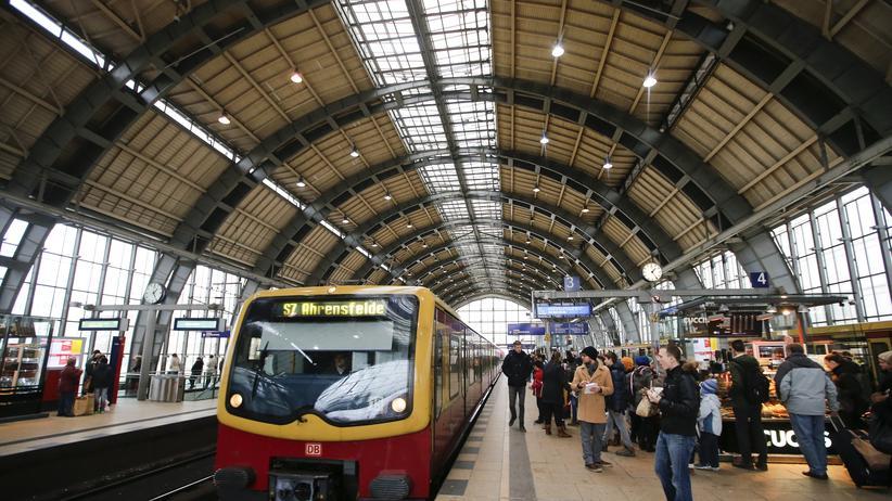 Verkehr: Fahrgäste an der S-Bahn-Station Alexanderplatz in Berlin