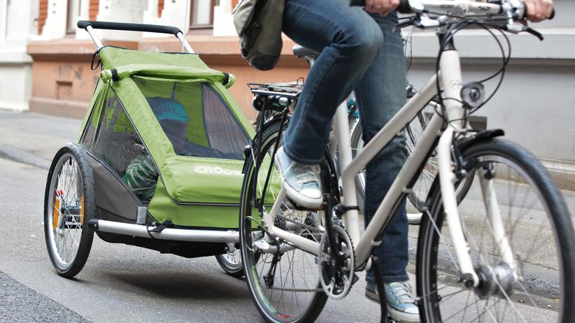 Radfahren: Kinder bis zum vollendeten siebten Lebensjahr dürfen im Anhänger befördert werden.