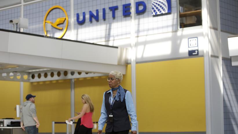 United Airlines: Eine Flughafenmitarbeiterin am United-Airlines-Terminal am O'Hare International Airport in Chicago