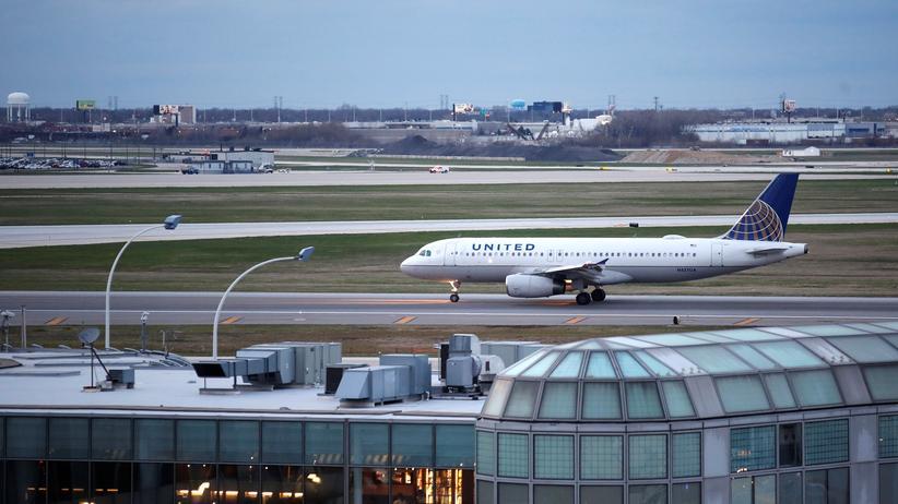 United Airlines: Ein Flugzeug der US-Fluggesellschaft United Airlines auf dem Rollfeld des internationalen Flughafens O'Hare der Stadt Chicago im US-Bundesstaat Illinois