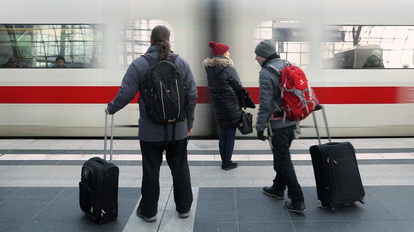Richard Lutz: Reisende auf dem Hauptbahnhof in Berlin