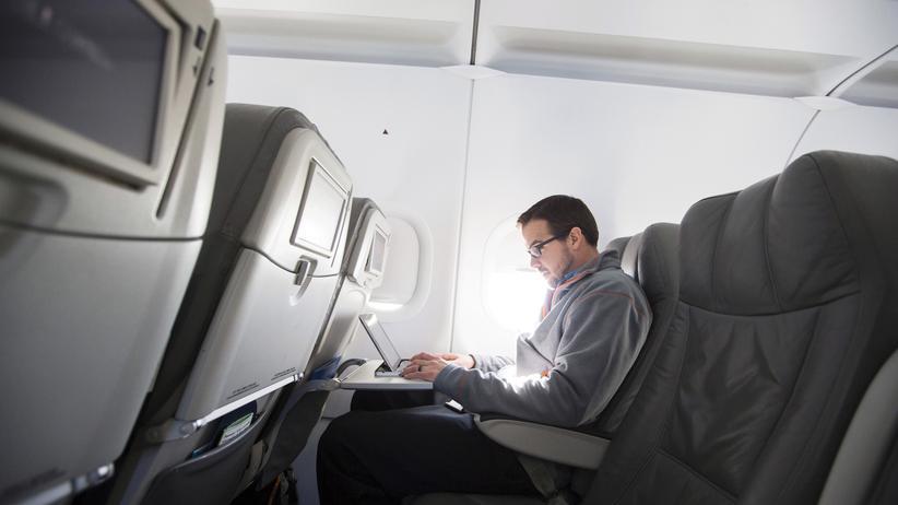 USA: Ein Passagier nutzt seinem Laptop auf einem Flug.