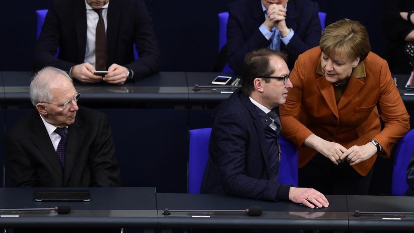 Volkswagen: Bundeskanzlerin Angela Merkel spricht im Bundestag mit Verkehrsminister Alexander Dobrindt. Links daneben Finanzminister Wolfgang Schäuble