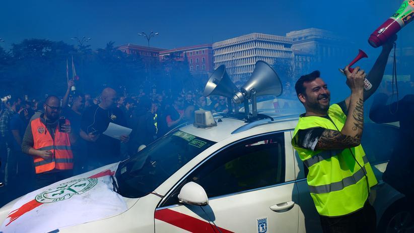 Bundesgerichtshof: Taxifahrer in Madrid protestieren gegen den möglicherweise unfairen Wettbewerb von Uber.