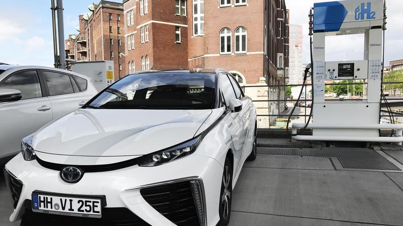 Toyota Mirai an der Wasserstoff-Tankstelle