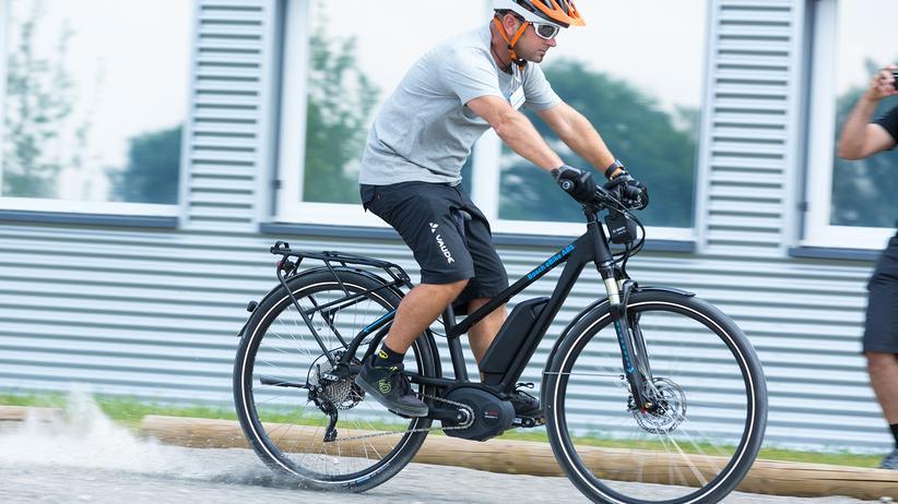 Elektrofahrrad: Eine Vollbremsung auf Schotter – und dank ABS bleibt das Fahrrad stabil.