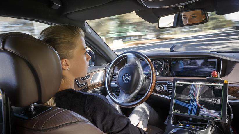 Autonomes Fahren: Innenraum einer Mercedes-Limousine mit Intelligent Drive