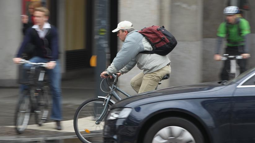 Parkplätze: Ein Radfahrer an einer Berliner Kreuzung