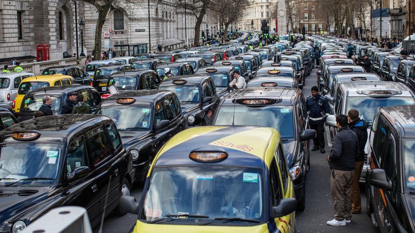 Fahrdienstleister: Ein einfaches Pflaster waren die Londoner Straßen für Uber nie. Hier protestieren Fahrer der traditionellen Taxis gegen das US-Unternehmen.