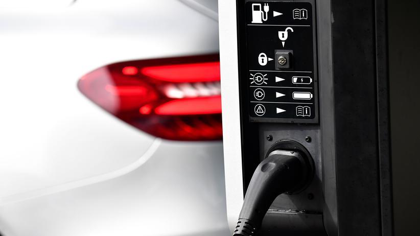 Elektromobilität: Ein E-Auto lädt an einer Stromtankstelle in Frankfurt (Main).
